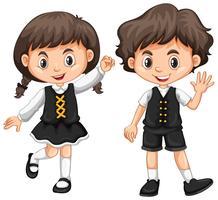 Joli garçon et fille agitant les mains vecteur