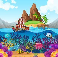 Scène avec bateau pirate dans l'océan vecteur