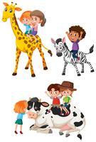 Enfants à cheval sur des animaux