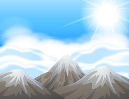 Scène avec de la neige sur les sommets des montagnes