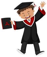 Homme en robe de graduation noire avec capuchon