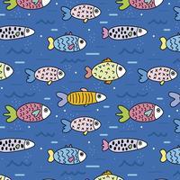 Modèle mignon avec des poissons dans la mer