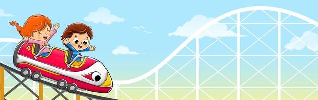 Enfants chevauchant un roller coaster rapidement