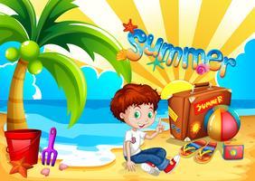 Petit garçon assis sur la plage