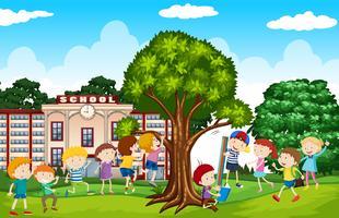 Étudiants jouant dans la cour d'école