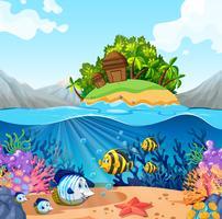 Vue sur l'océan avec l'île et les poissons sous l'eau