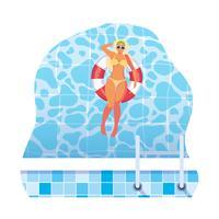 femme avec maillot de bain et flotteur de sauveteur flottant dans l'eau