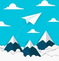 concept de réussite en affaires. avion en papier volant sur le ciel entre nuage et montagne