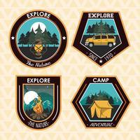 Ensemble de camping explorer les emblèmes de patchs d'été vecteur