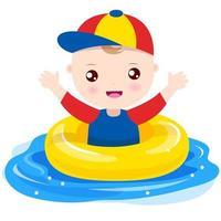 Petit garçon jouant avec l'anneau de bain