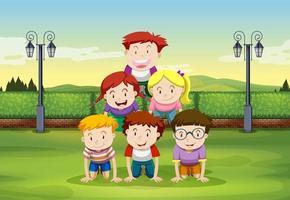 Enfants faisant la pyramide humaine dans le parc