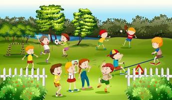 Enfants jouant à des jeux dans le parc avec clôture vecteur