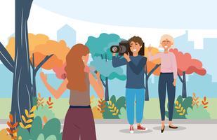 Journaliste avec microphone dans le parc