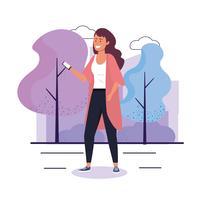 Femme qui marche avec un smartphone dans un parc urbain vecteur