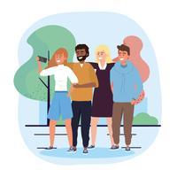 Groupe de femmes et d'hommes divers avec smartphone dans un parc