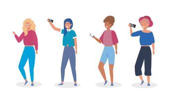 Ensemble de jeunes femmes avec des smartphones prenant des selfies vecteur