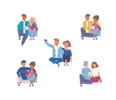 Ensemble de couples avec smartphones et tablettes sur fond blanc vecteur