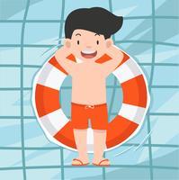 Homme mignon nageant à la piscine