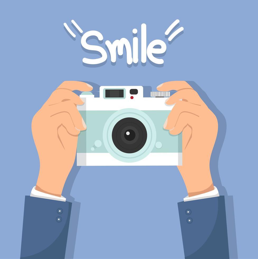 mãos segurando uma câmera retro com a palavra sorriso vetor