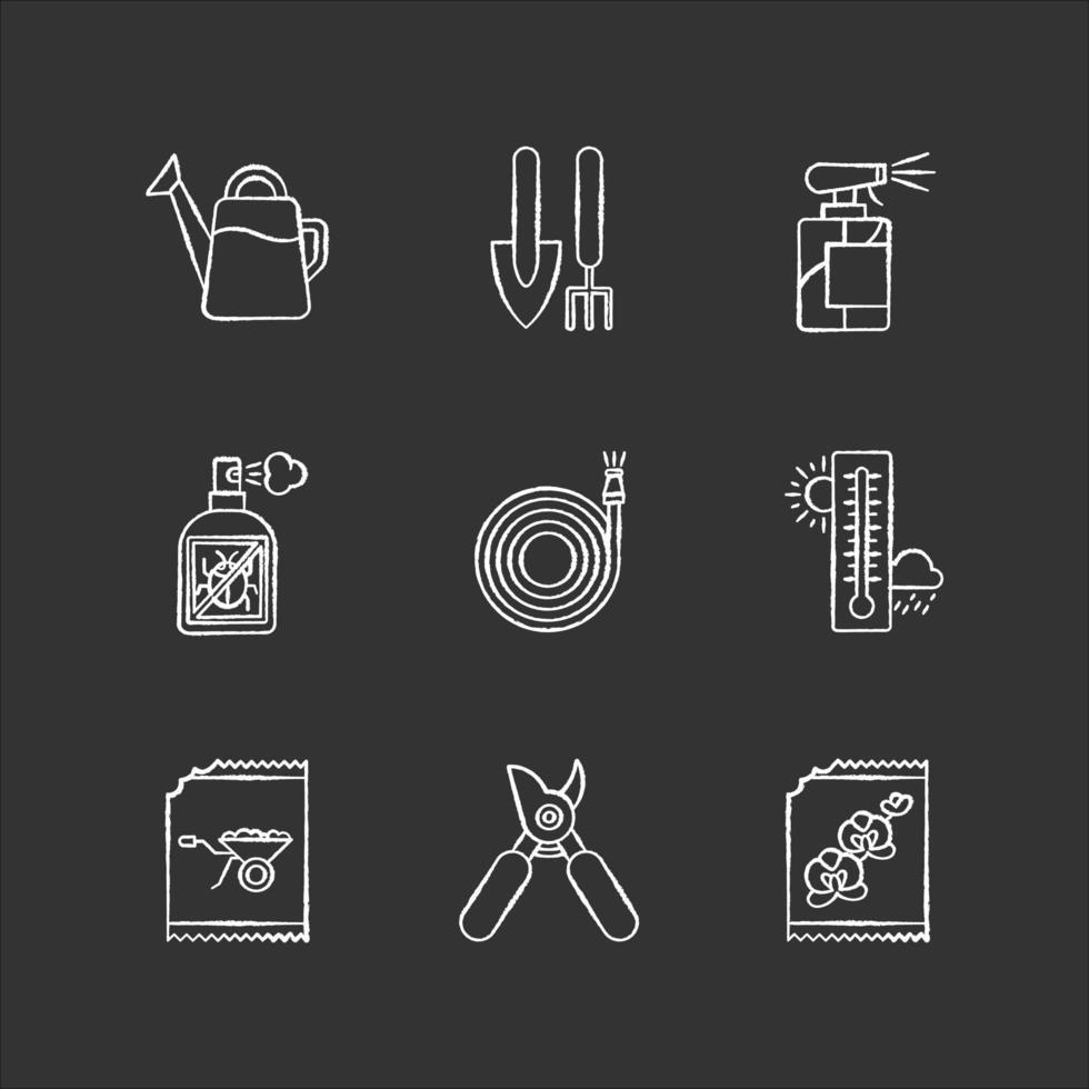 materiais e ferramentas de jardinagem interna giz ícones brancos em fundo preto. inventário de jardim. equipamento de manutenção de plantas. cuidar de plantas domesticadas. ilustrações vetoriais isoladas em quadro-negro vetor