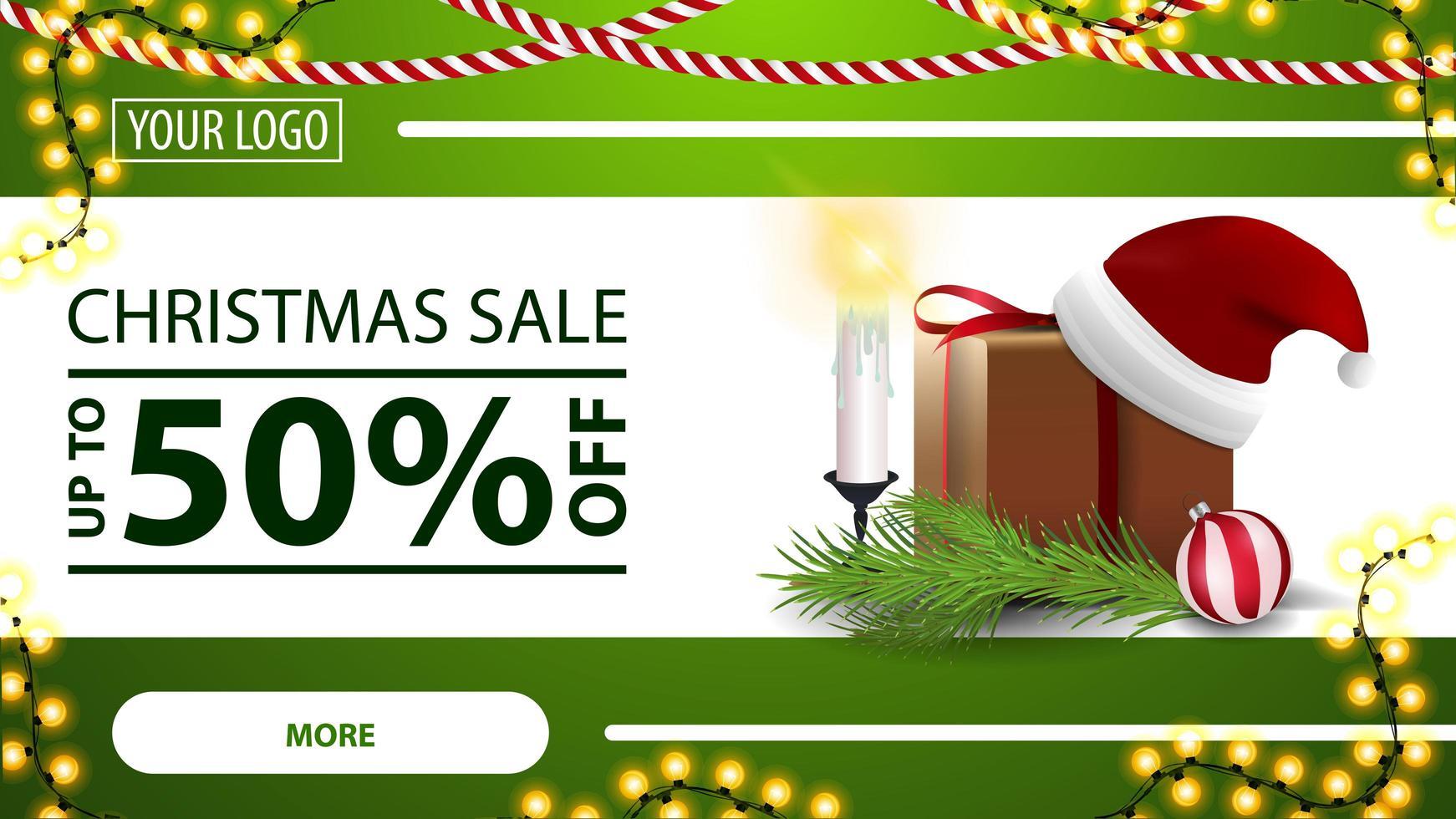 liquidação de natal, desconto de até 50, banner web moderno horizontal verde com botão, guirlanda, presente com chapéu de Papai Noel, velas, galho de árvore de natal e bola de natal vetor