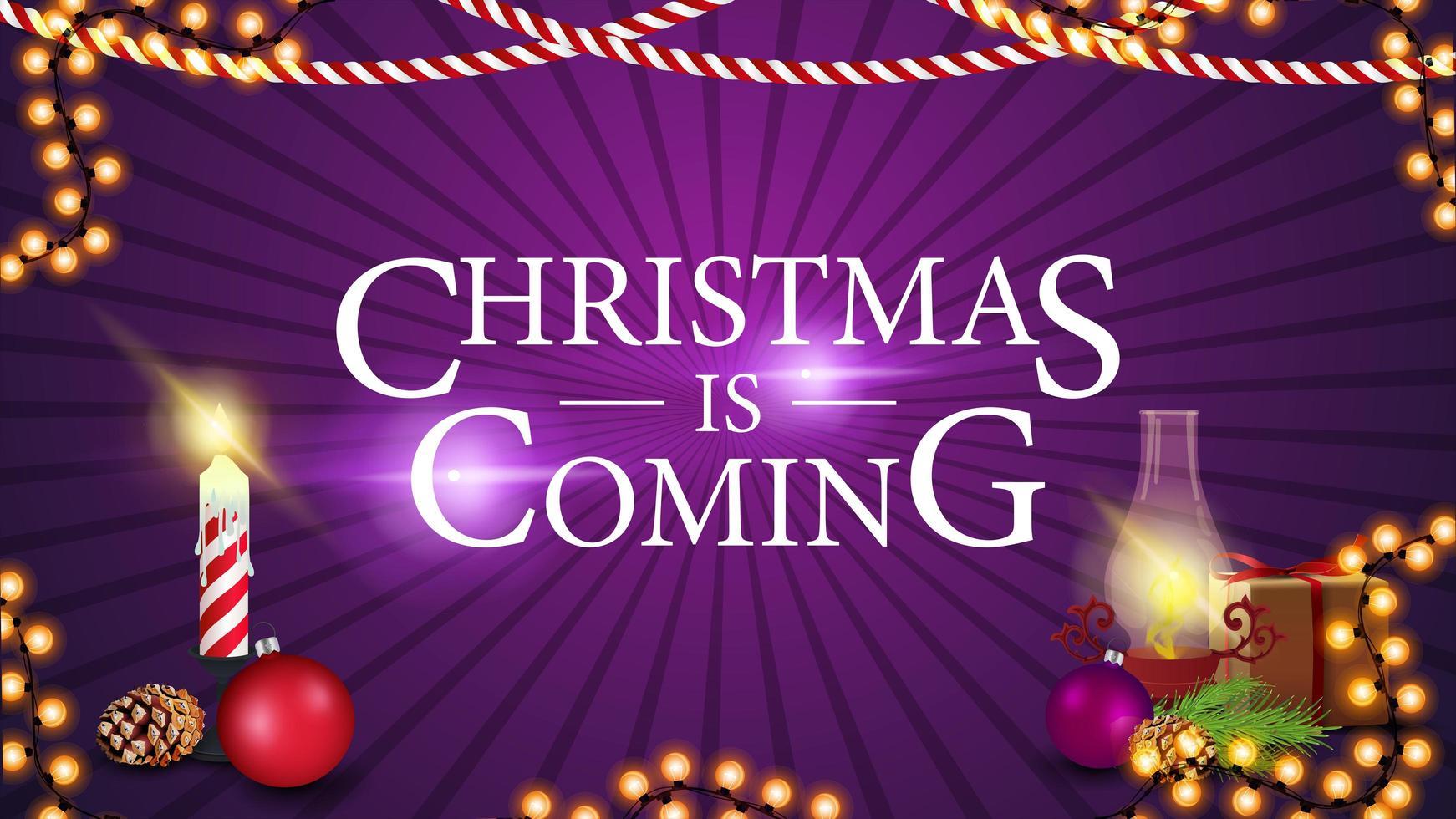 o natal está chegando, banner roxo para site com presente, lâmpada antiga, galho de árvore de natal, cone, bola de natal vetor