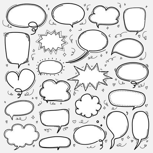 Conjunto de bolhas de mão desenhada. Balão de quadrinhos estilo Doodle, nuvem em forma de elementos de Design. vetor