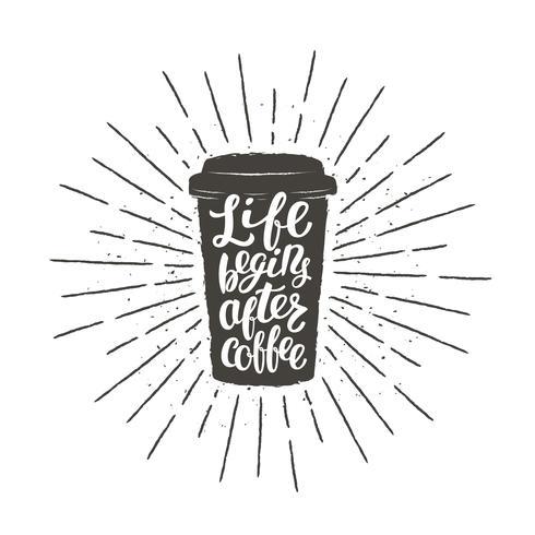 A silhueta monocromática do copo de papel do vintage com rotulação começa a vida após o café. Café para ir com ilustração em vetor engraçado citação para bebida e bebida menu ou café tema, cartaz, impressão de t-shirt.