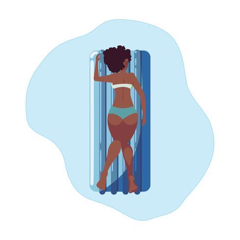 mulher afro, bronzeamento em colchão flutuante flutuando na água vetor