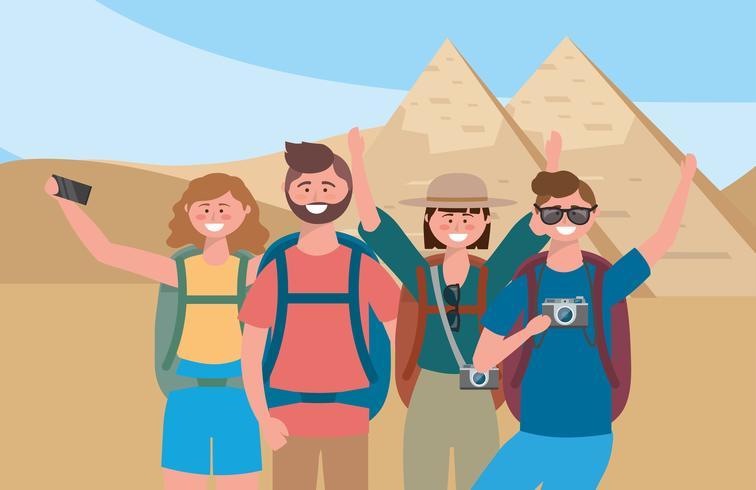 Grupo de turistas na frente de pirâmides egípcias vetor
