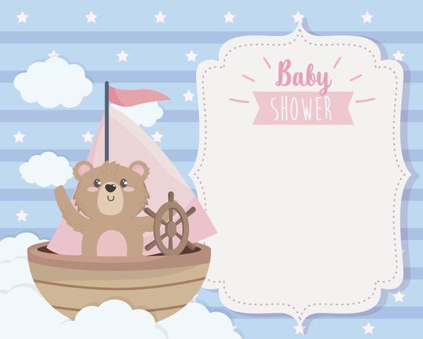 cartão de urso fofo no navio e nuvens vetor