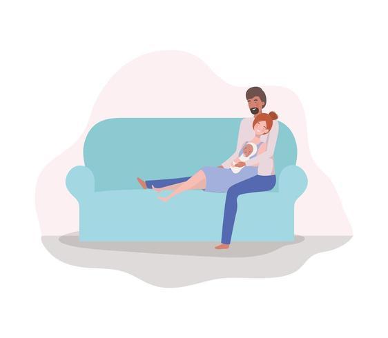 pais cuidando do bebê recém-nascido no sofá vetor