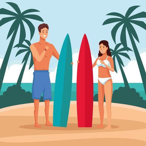 Jovem casal na praia com pranchas de surf vetor
