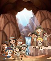 cena com crianças na caverna vetor