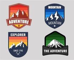 emblemas de montanha gradiente vetor