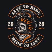 crânio de motociclista com emblema de cobra em t-shirt