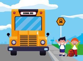 dois meninos felizes no ponto de ônibus escolar vetor