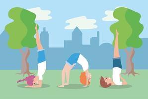 jovens fazendo ioga ao ar livre vetor