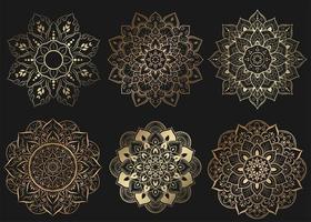 conjunto de mandalas douradas com padrão de flores preto vetor