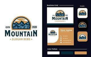 modelo de logotipo do emblema de aventura na montanha vetor