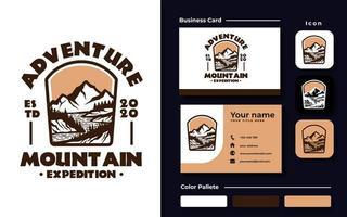 cartão de visita do modelo do logotipo do emblema da aventura na montanha vetor