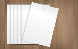 folhas de papel branco em textura de madeira vetor