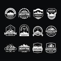 Conjunto de emblemas de aventura em preto e branco vetor