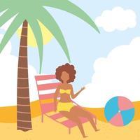 garota na praia com espreguiçadeira e bola