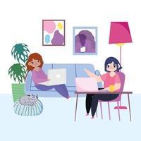 mulheres jovens com seus laptops dentro de casa