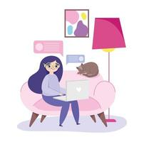 mulher trabalhando remotamente com gato