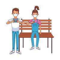 jovem casal usando máscara médica usando tecnologia sentado na cadeira do parque