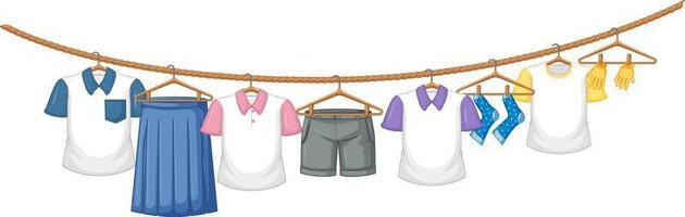 roupas isoladas penduradas no fundo branco