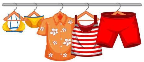 roupas de verão penduradas isoladas