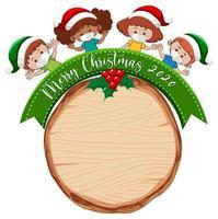 placa de madeira em branco com logotipo da fonte Feliz Natal 2020 e as crianças usam máscara vetor